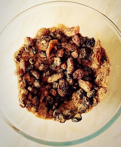 Mix the dried fruit, sugar and cinnamon together.