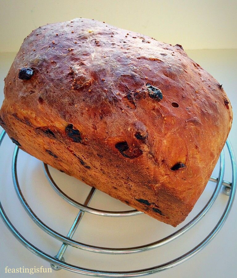 Bread filled with dried cranberries, figs and sultanas and flavoured with cinnamon and ginger.